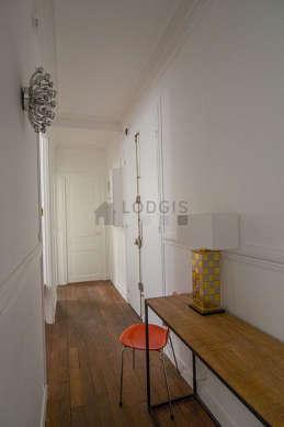 Belle entrée avec du parquetau sol et équipée de 1 chaise(s)