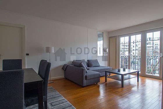 Grand salon de 24m² avec du parquetau sol