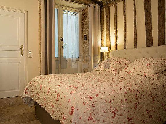 Chambre de 10m² avec du marbreau sol