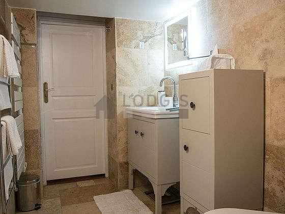 Agréable salle de bain avec fenêtres double vitrage et du marbreau sol