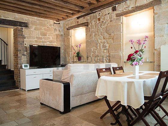 Grand salon de 24m² avec du marbreau sol