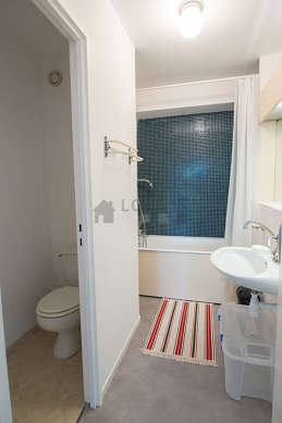 Belle salle de bain claire avec du linoleumau sol