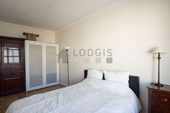 Very bright bedroom equipped with desk, closet, 1 chair(s)