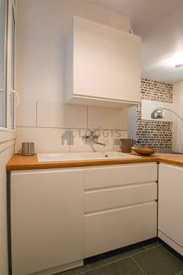Kitchen where you can have dinner for 3 person(s) equipped with washing machine, freezer, extractor hood, crockery