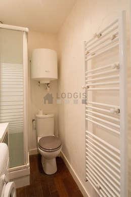 Salle de bain avec du parquetau sol