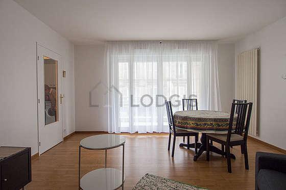 Séjour équipé de 1 canapé(s) lit(s) de 140cm, télé, 4 chaise(s)