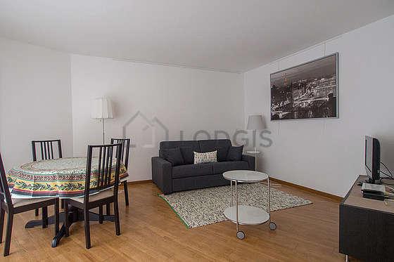 Salon de 15m² avec du parquetau sol