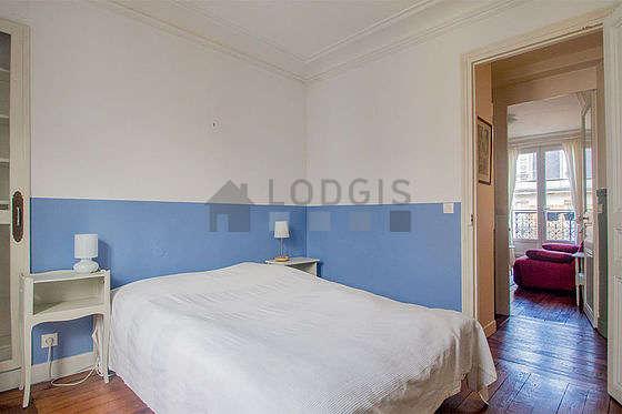 Chambre très lumineuse équipée de bureau, armoire, table de chevet
