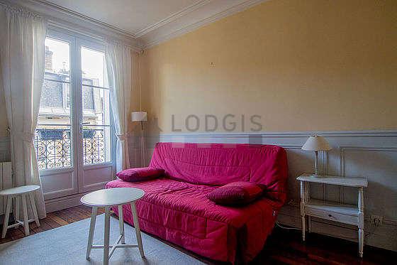 Séjour très calme équipé de 1 canapé(s) lit(s) de 140cm, télé, commode, 1 chaise(s)