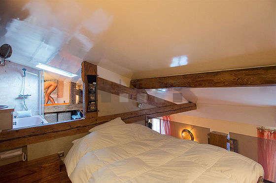 Mezzanine de 8m² sous belle hauteur de plafond avec du parquetau sol