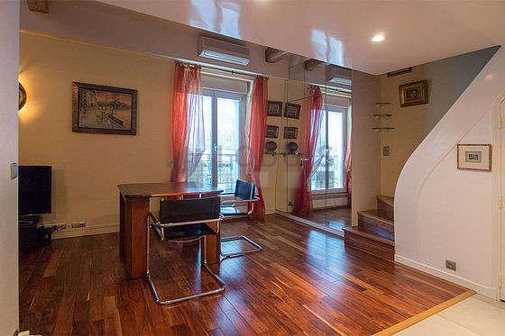 Belle salle à manger avec du parquetau sol pouvant accueillir jusqu'à 2 convives