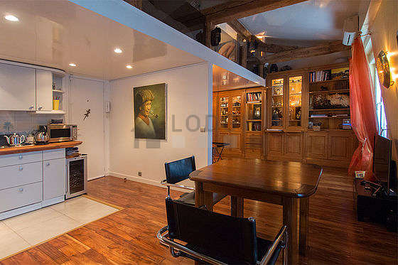 Salle à manger de 9m² équipée de table à manger, placard