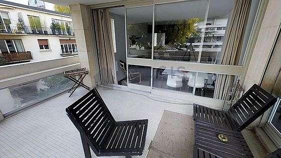 Terrasse très calme et très lumineuse avec du bétonau sol
