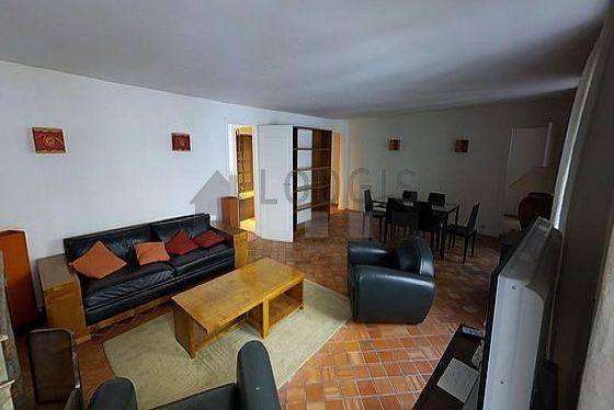Large living room of 35m² with floor tilesfloor