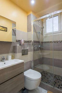 Agréable salle de bain claire avec du marbreau sol
