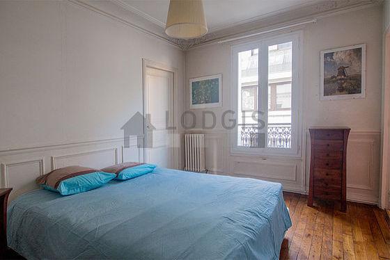 Chambre très lumineuse équipée de commode, table de chevet