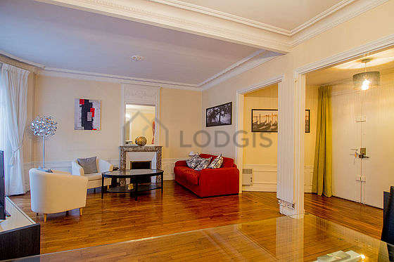 Large living room of 33m² with woodenfloor