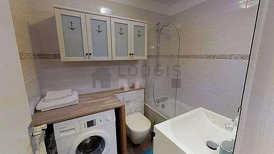 Belle salle de bain avec du parquetau sol