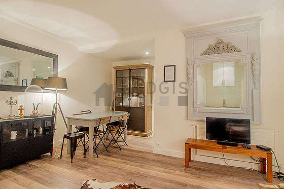 Large living room of 30m² with woodenfloor