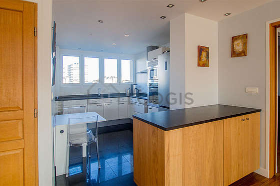Great kitchen of 8m²opens on the laundry room with tilefloor