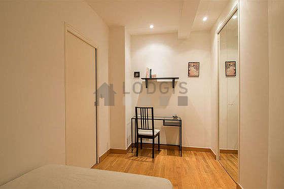 Bedroom of 9m² with woodenfloor