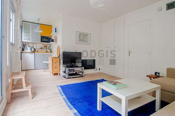 Very bright living room furnished with 1 chair(s)