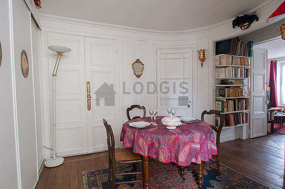 Beautiful entrance with woodenfloor and equipped with 3 chair(s)