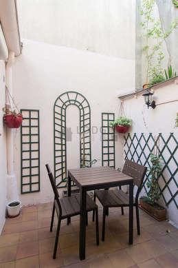 Terrasse calme et très lumineuse avec du dallageau sol