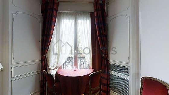 Séjour très calme équipé de 1 canapé(s) lit(s) de 160cm, télé, 2 fauteuil(s), 4 chaise(s)