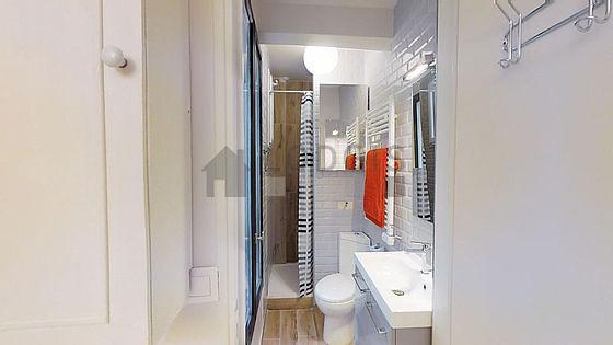 Belle salle de bain claire avec fenêtres double vitrage et du parquetau sol