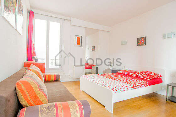 Large bedroom of 21m² with woodenfloor