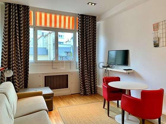 Séjour calme équipé de 1 futon(s) de 80cm, 1 canapé(s) lit(s) de 160cm, télé, 3 fauteuil(s)