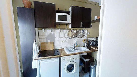 Belle cuisine de 1m²ouverte sur le séjour avec du carrelageau sol
