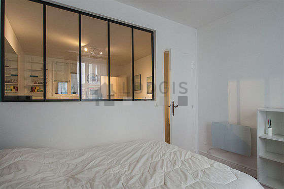 Bright bedroom equipped with desk, closet, 1 chair(s)