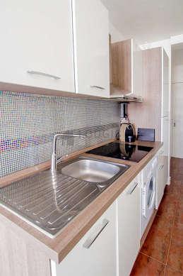 Cuisine équipée de lave linge, réfrigerateur, freezer, vaisselle