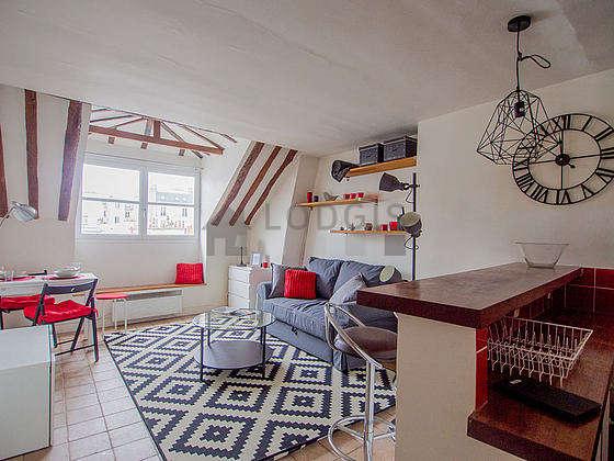 Séjour très calme équipé de 1 canapé(s) lit(s) de 120cm, télé, penderie, 2 chaise(s)