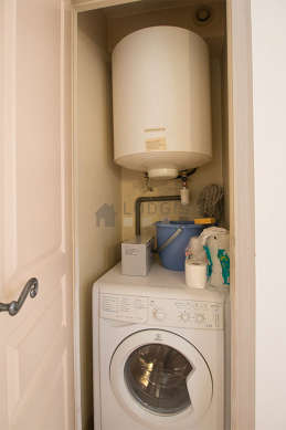 Laundry room with tilefloor and equipped with washing machine