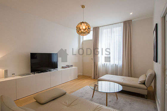 Large living room of 34m² with woodenfloor