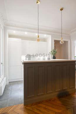 Magnifique cuisine de 20m²ouverte sur la salle a manger avec du carrelageau sol