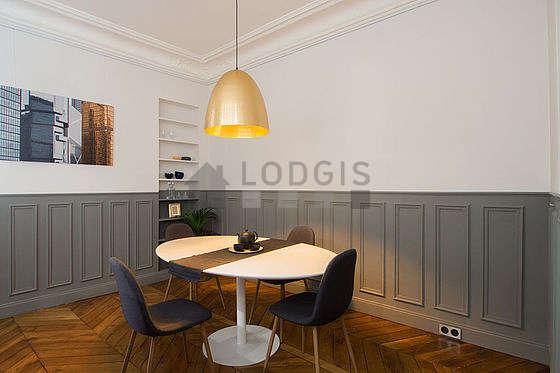 Superbe salle à manger avec du parquetau sol pouvant accueillir jusqu'à 6 convives