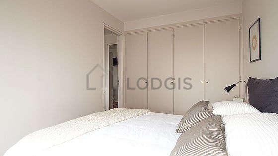 Chambre très lumineuse équipée de armoire, placard, table de chevet