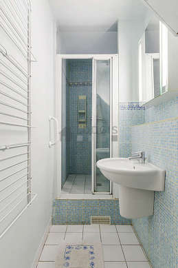 Agréable salle de bain claire avec du carrelageau sol
