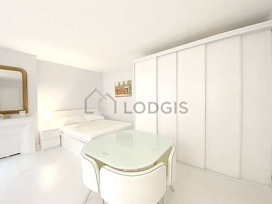 Very quiet living room furnished with 1 bed(s) of 140cm, 1 armchair(s), 1 chair(s)