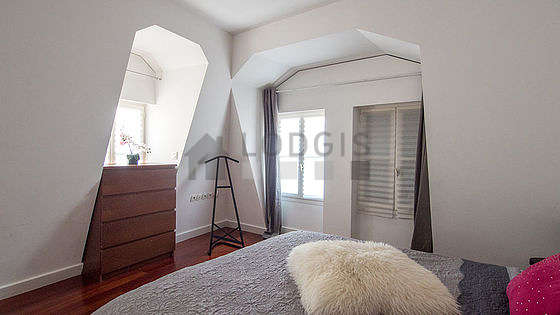 Very bright bedroom equipped with air conditioning, wardrobe, bedside table