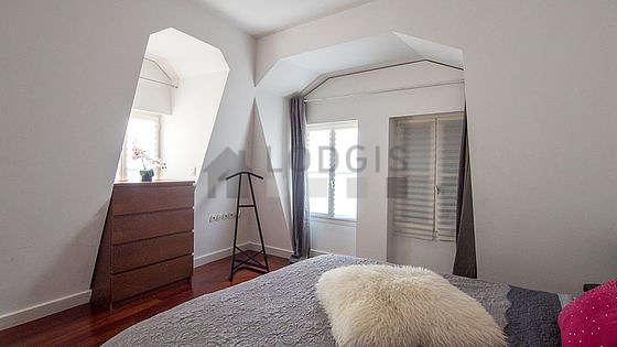 Chambre très lumineuse équipée de air conditionné, penderie, table de chevet