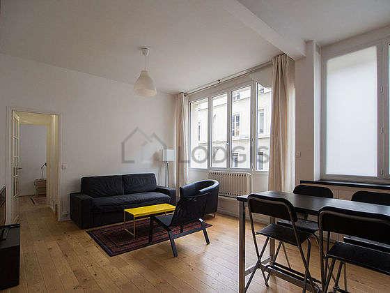 Séjour très calme équipé de 1 canapé(s) lit(s) de 140cm, télé, 2 fauteuil(s), 4 chaise(s)