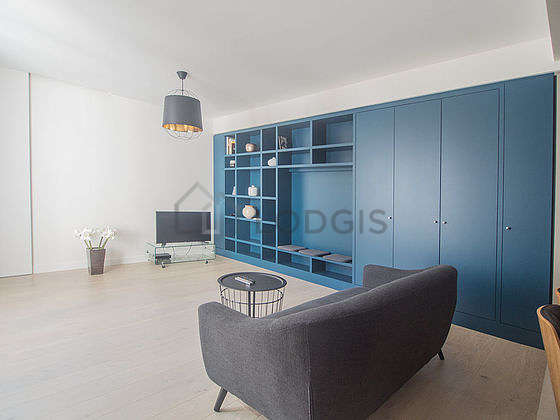 Large living room of 35m² with woodenfloor