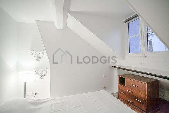 Chambre avec des tomettesau sol