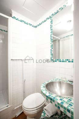 Salle de bain avec des tomettesau sol