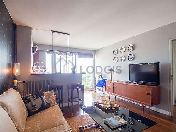 Very quiet living room furnished with tv